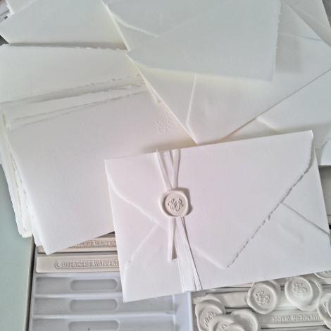 Partecipazioni di nozze con ceralacca con ceralacca bianca e raso